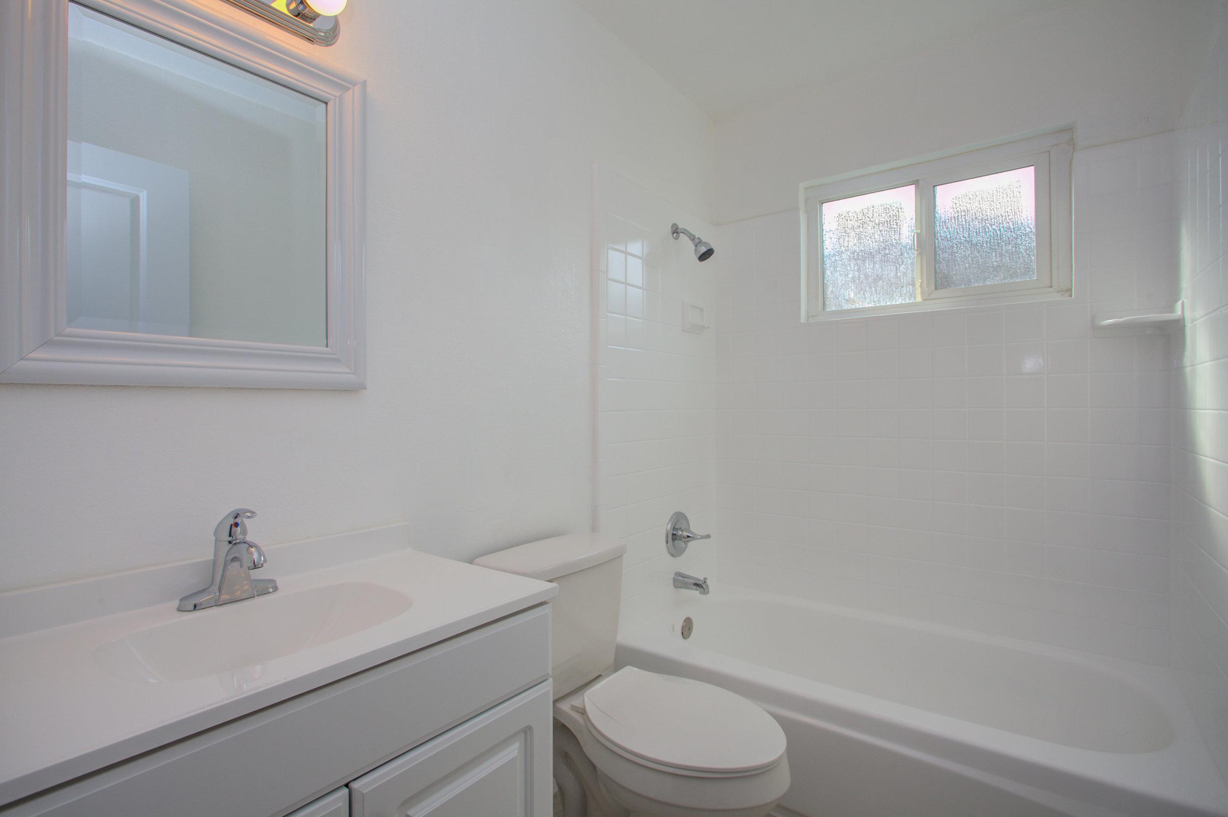 1961_mclaughlin_ave_MLS_HID1162795_ROOMfullbathroom.jpg