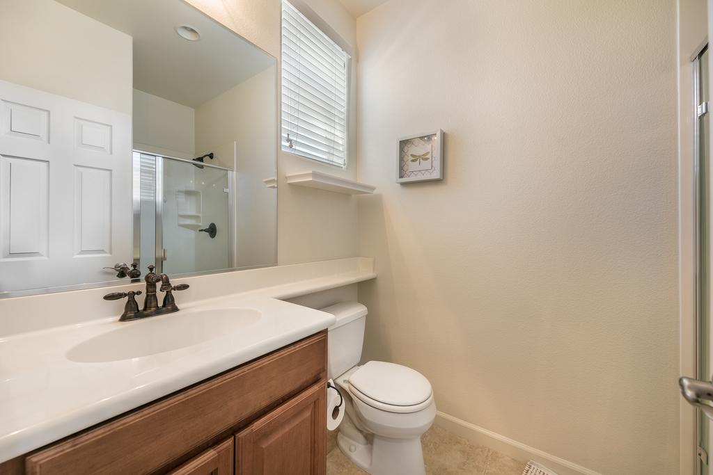 017_Bathroom .jpg