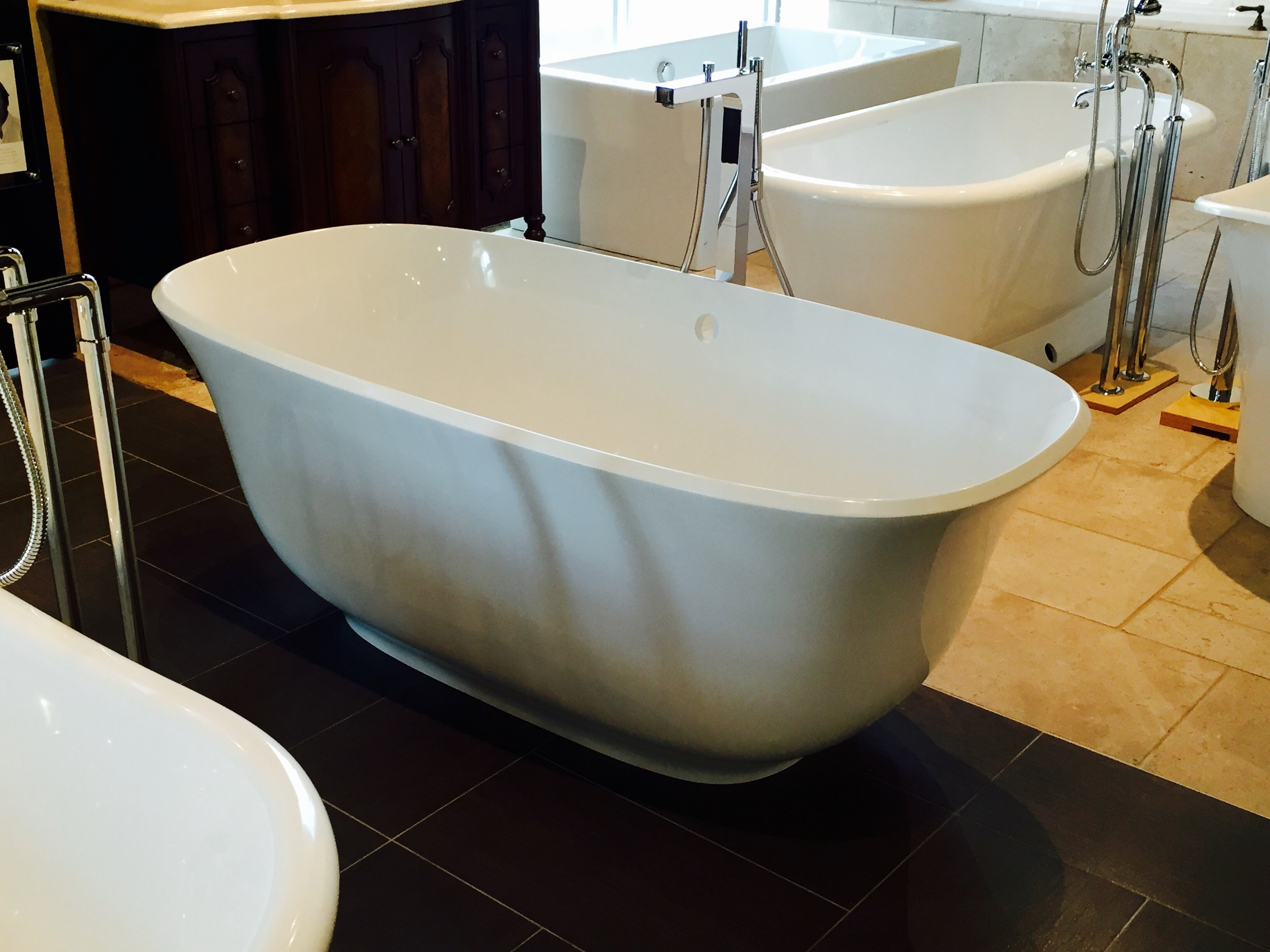The  Amiata  tub has a graceful curved shape but it is still too long.