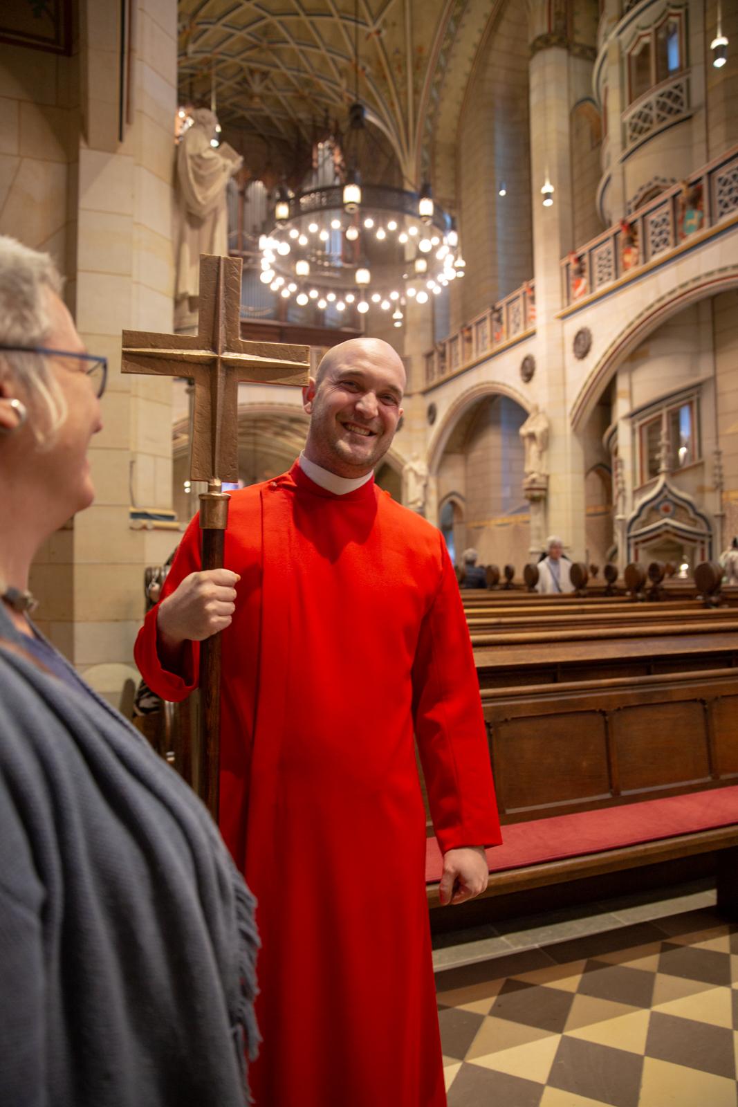 En meget anonym herre spørger om vi tror hans mor bliver sur hvis han tager Luthers kors med hjem.