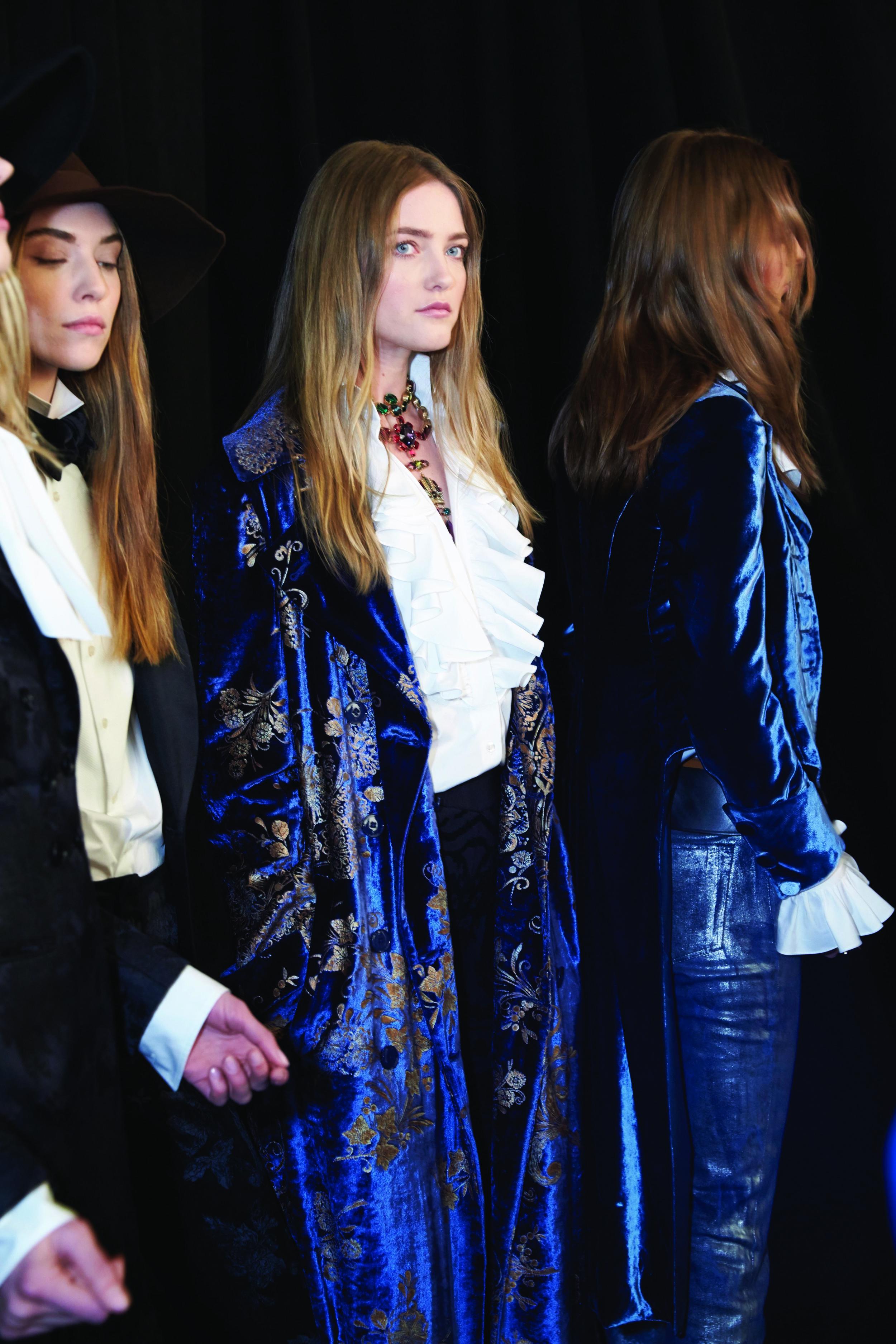 Blue... royal blue with all that victorian air. LOVE IT // Aire victoriano, azules, vinos y colores sobrios... ¿no les encanta este saco largo?