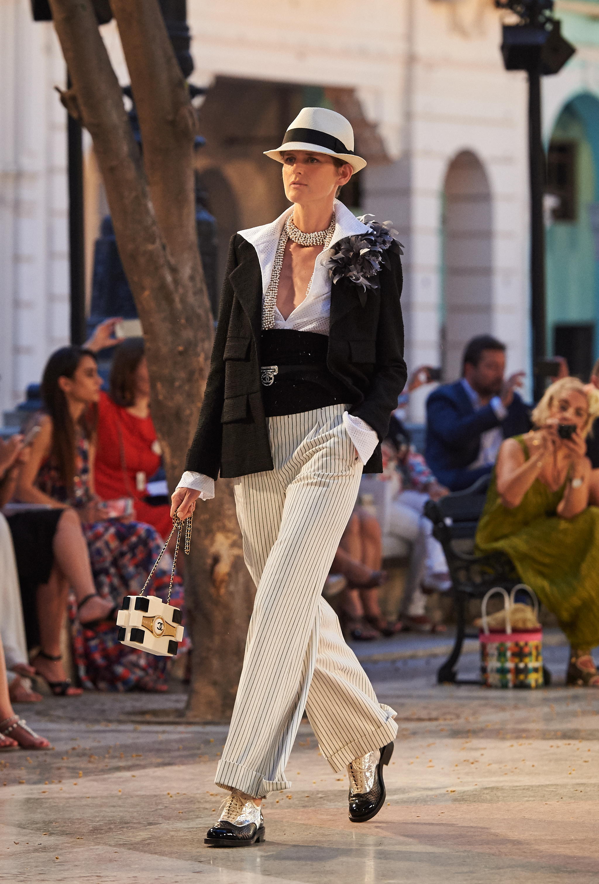 01_Cruise 2016-17 collection - Show pictures by Olivier Saillant - Look 01.jpg