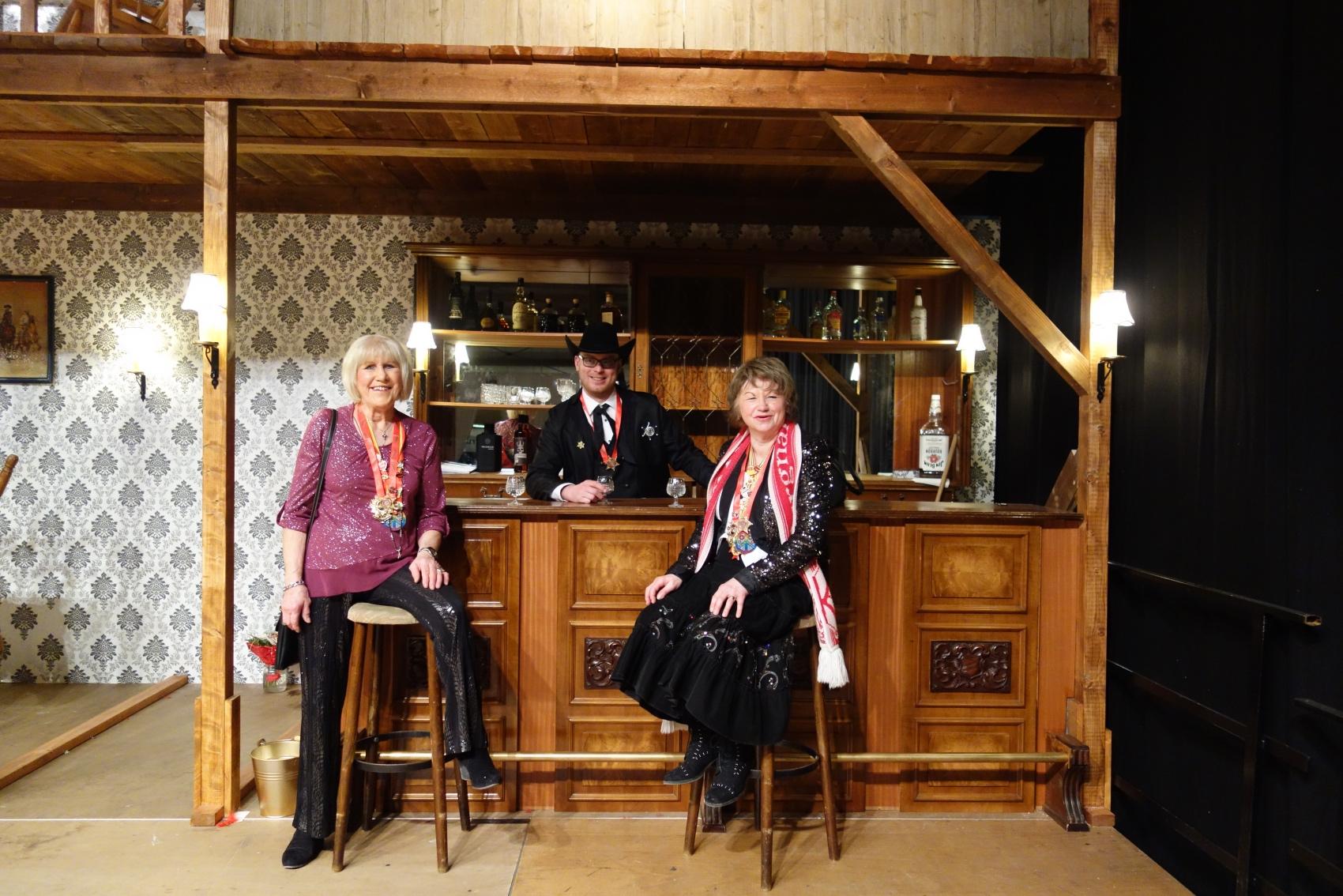 2019-02-24 054RH TR-Irsch Ordensfest Brigitte Liesel David im Saloon.jpg