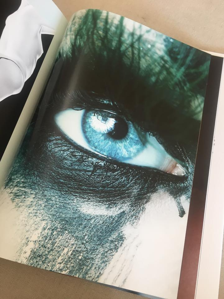 Valeria Meier Eyelashes auf dem Buch Elements von Yasmin Heinz