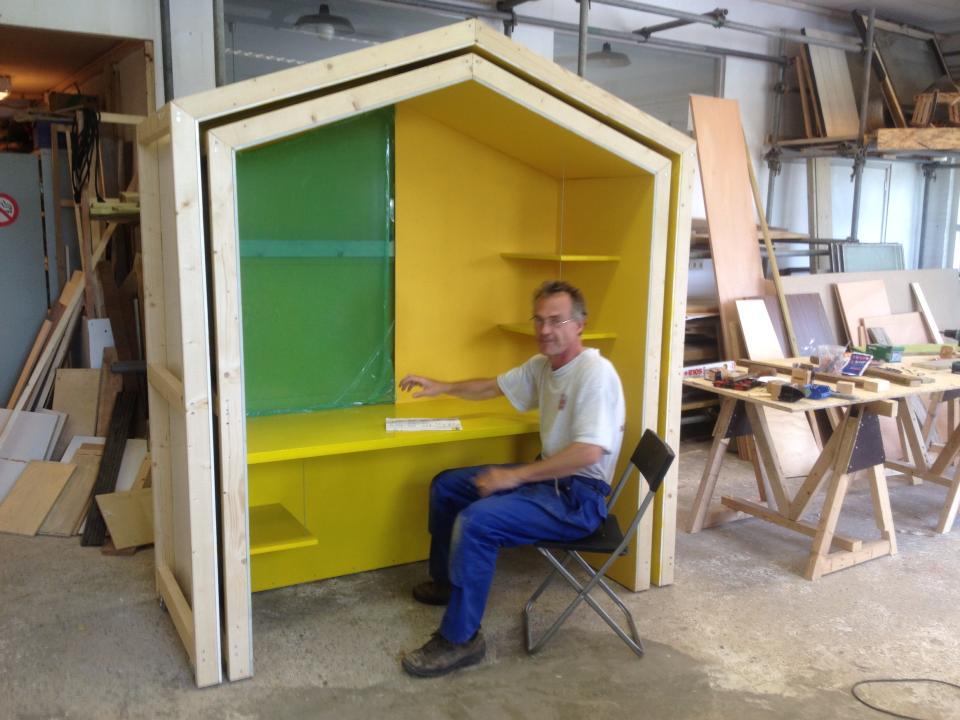 Kees test de werkhuis unit ontworpen door Bokkers en van der veen.