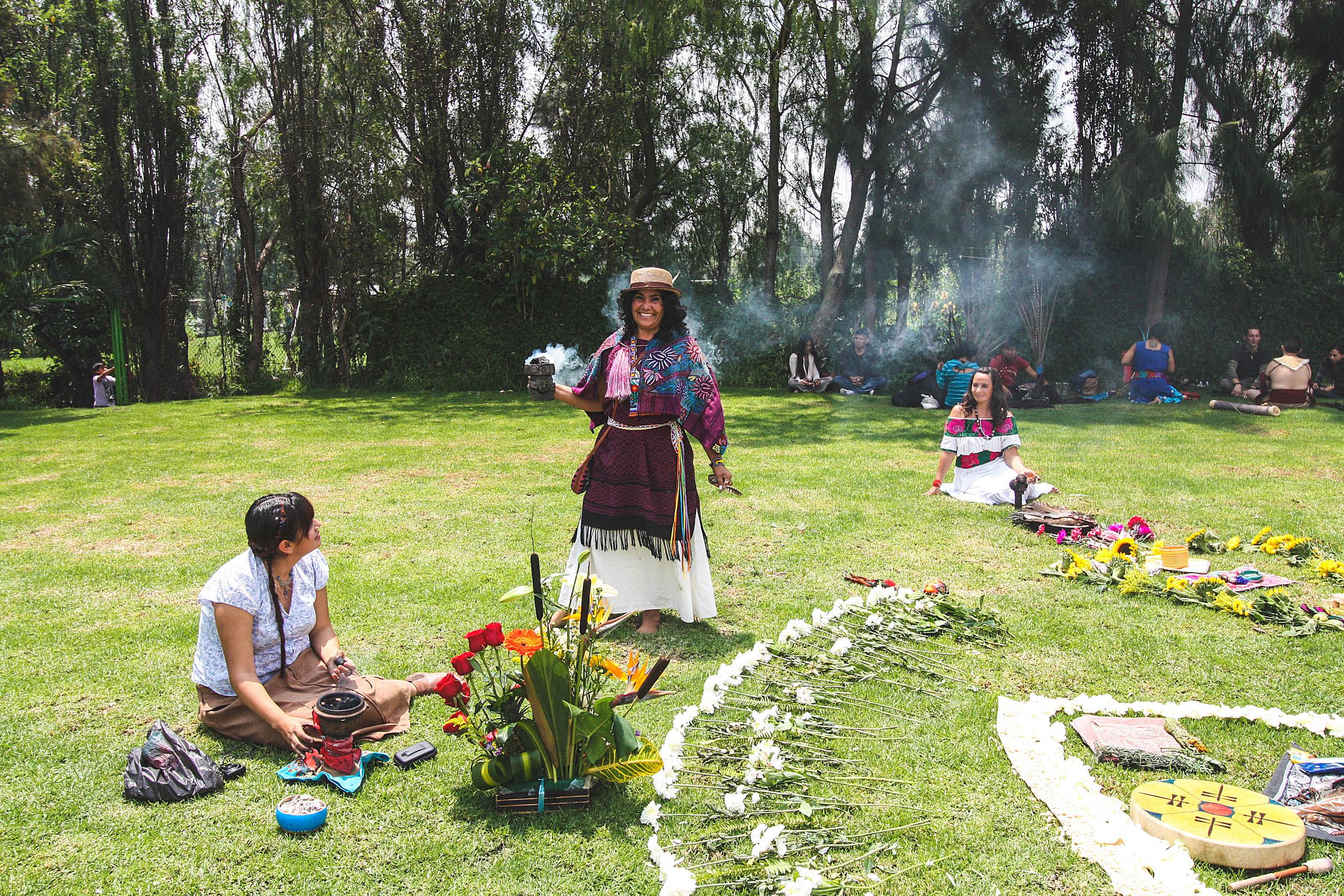 Bij onze aankomst waren de voorbereidingen nog volop aan de gang! Met bloemen werd er een soort cirkelvormig altaar gevormd, dat als voorstelling diende voor het leven, de vier windstreken en de vier elementen.
