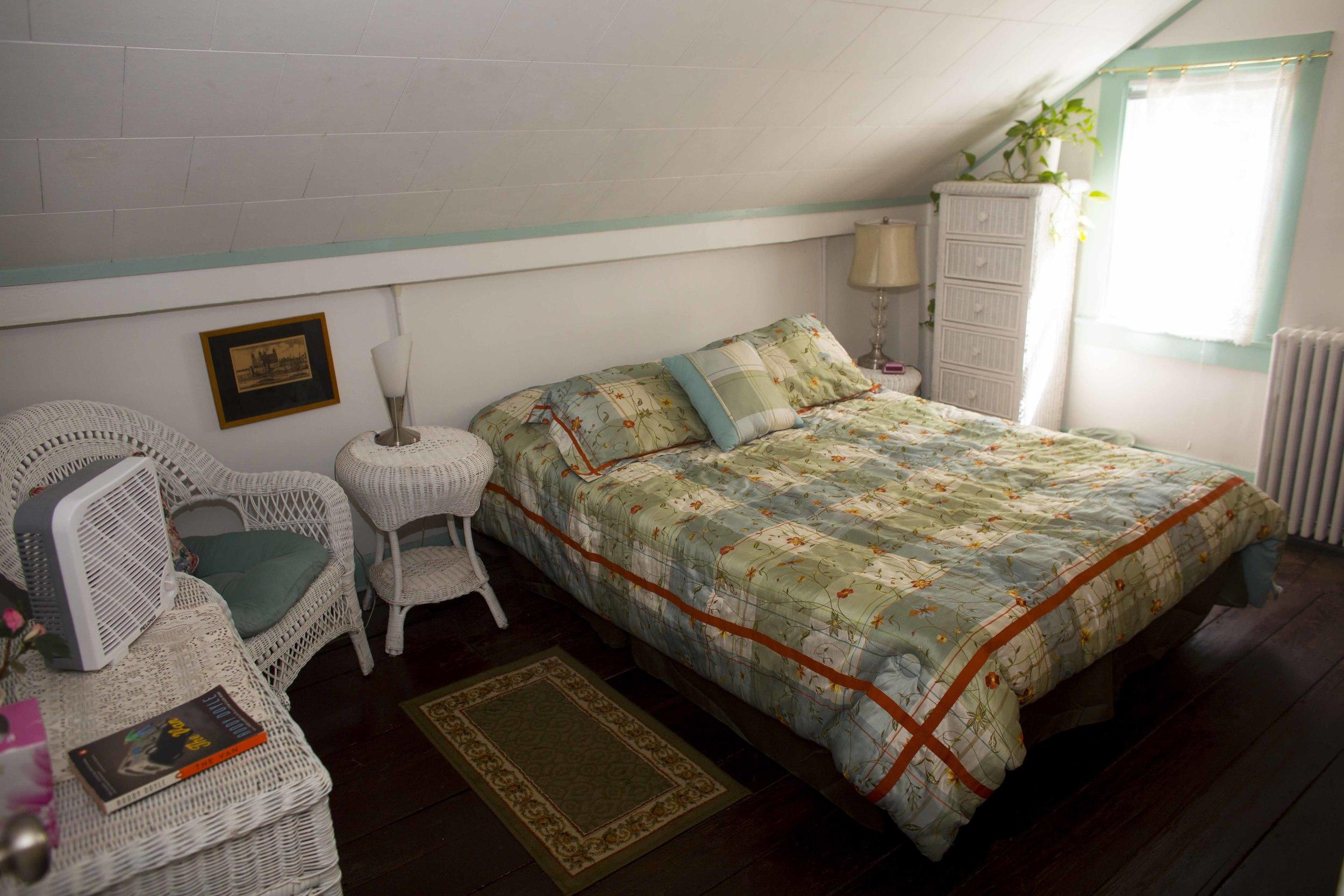 The Quaint Room - Queen Bed