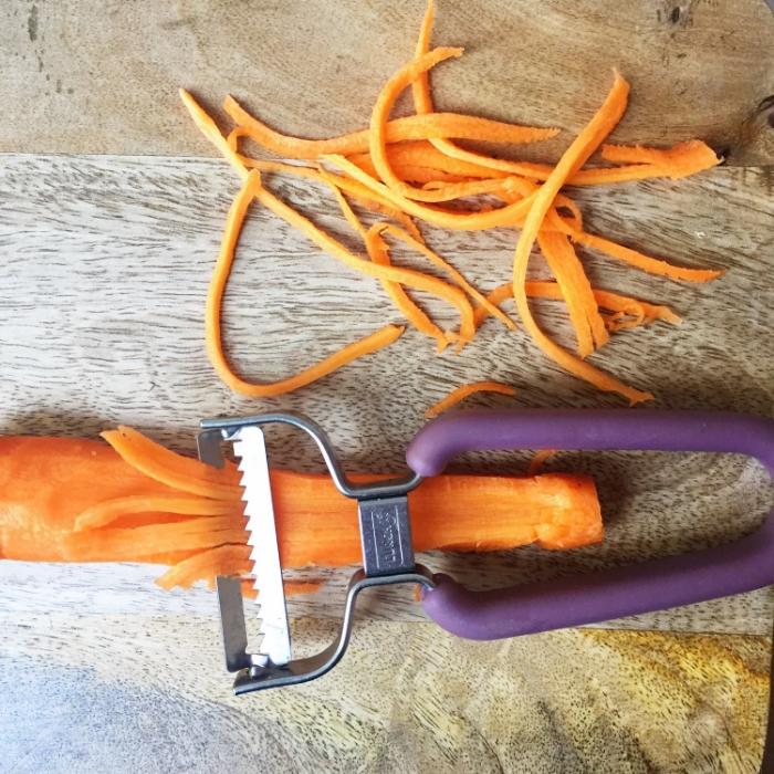 Karottenschneiden macht den Kindern Spass