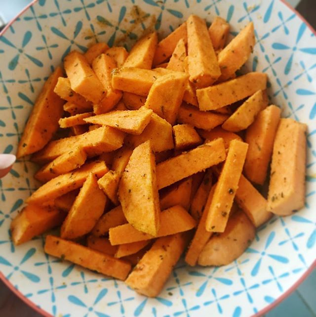Super quick vegan dinner : sweet potatoe fries. Cut two sweet potatoes into bite size pieces. Mix them well in a bowl with 1 Tsp of coconut oil and season with your favourite spices, eg smoked paprika, rosemary, granulated garlic, etc. Put them in the oven for 30mins at 220C and enjoy 😘. #healthyschnitzel #healthy #fitness #gym #cleaneating #vegan #plantbased #paleo #instafood #gesundesessen #foodblogger #igersgermany