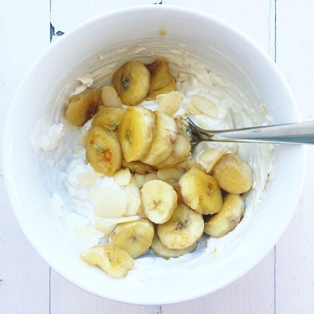 Super quick, delicious and healthy breakfast: 1 cup low fat Greek yogurt  4 Tbsp oats 1 tsp honey 1 banana, sliced 1 tsp maple syrup 1 tsp shredded almonds Mix all ingredients except the bananas and the maple syrup together. Heat the maple syrup in a pan and let the bananas caramelize. Pour on top of your bowl and enjoy 😋. #healthyschnitzel #fitnessfood #gym #cleaneating #lecker #instafood #instagram #foodblogger_de #foodblog #igers #saturday