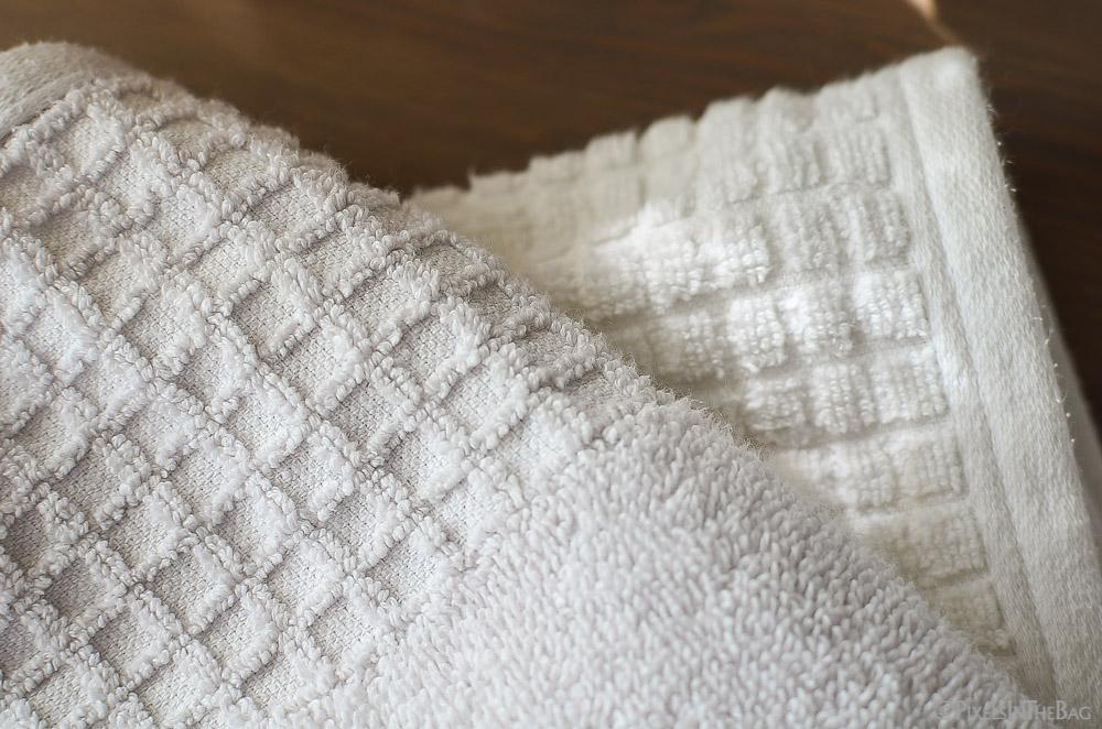 Essuie gris sur essuie blanc.