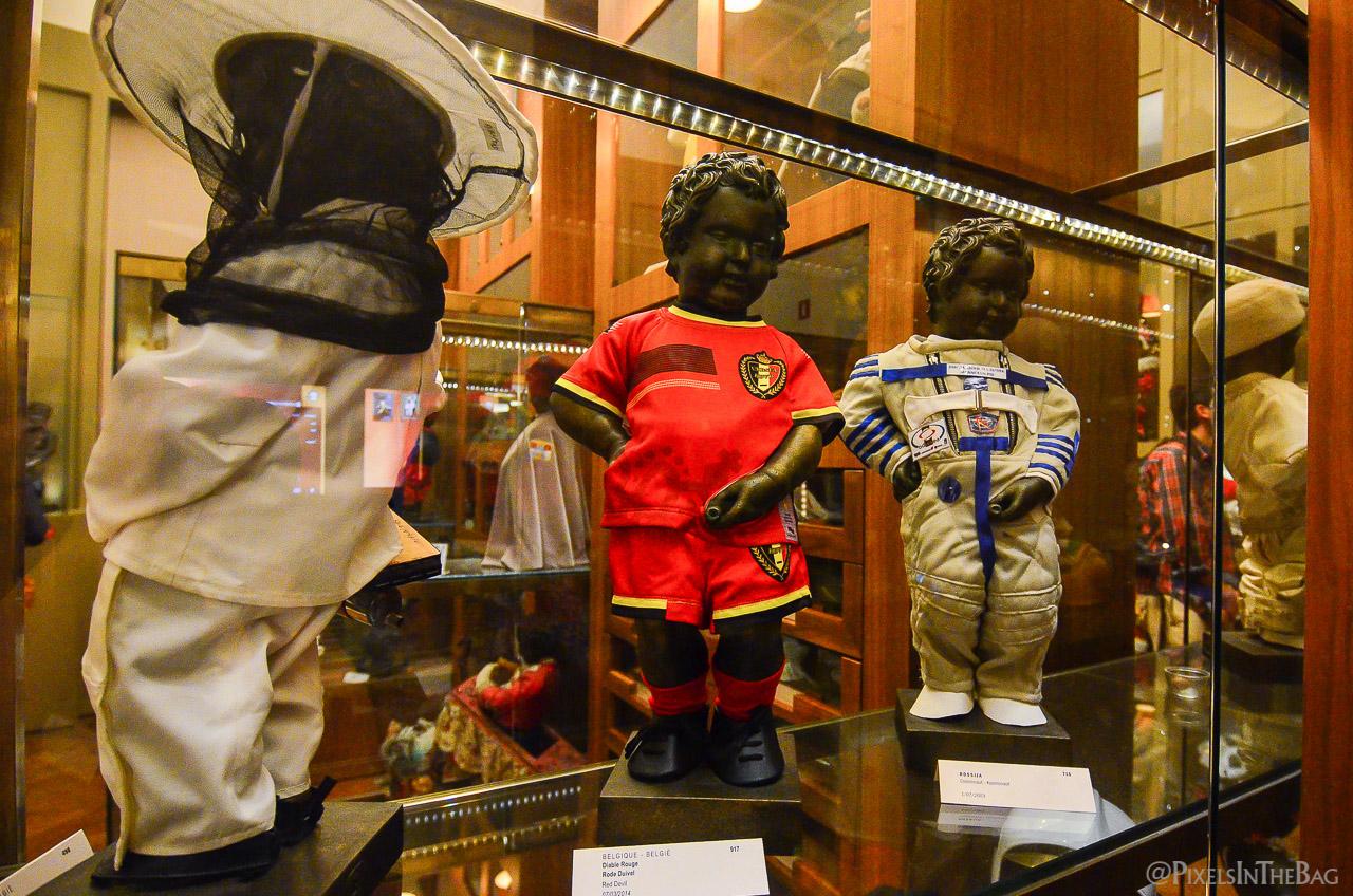 Quelques-uns des costumes du Manneken Pis aux Nocturnes des Musées Bruxellois.