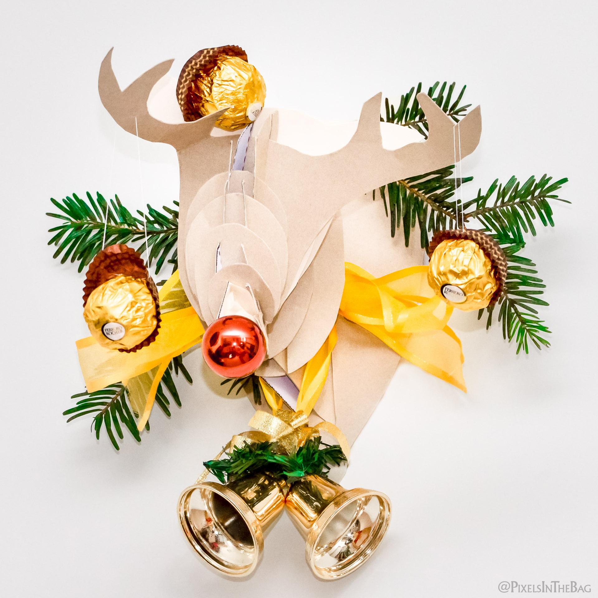 Cerf en carton avec des Ferrero Rochers.