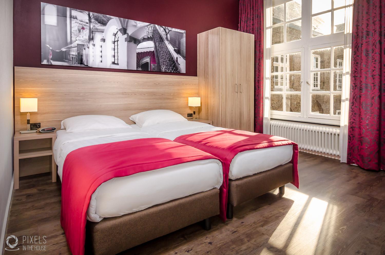 La photo de la splendide chambre a été réalisée en étroite 'collaboration' avec notre deuxième aventure photographique,  Pixels In The House . ;)