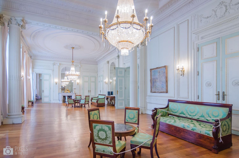 Vers 1855, une partie des salons de l'hôtel de Limminghea été remaniée, comme en témoignent les ornements chiffrés de Léopold II au-dessus des portes à droite de la photo.