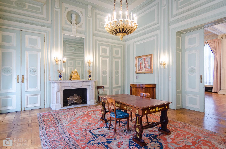 Le salon des dames quant à lui accueil une œuvre nommée «la statue qui bouge » d'un prestigieux peintre belge Edgard TYTGAT(1879 – 1957).