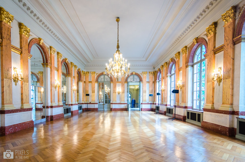 Ornée de multiples glaces et de fenêtres, la salle des glaces offre un spectacle unique de jeux de lumières. Cette pièce communique également avec les salons de l'ancien hôtel.