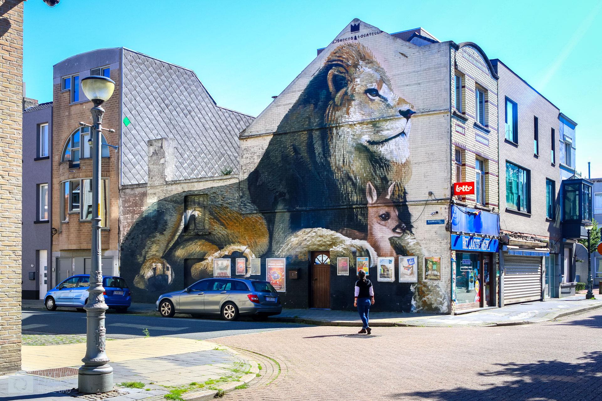 Passionnés du monde animal, Smates & Locatelli ont choisi de représenter une relation graphique entre les proies et les prédateurs sur une immense partie d'un bâtiment appartenant à un passionné de l'Afrique.