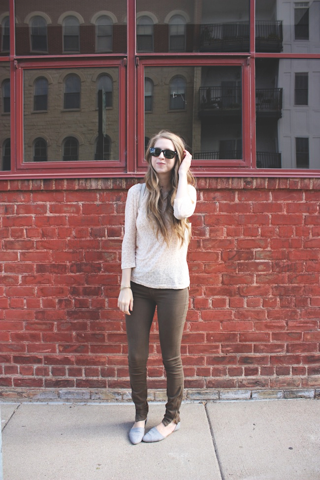 chelsea_lane_zipped_blog_minneapolis_fashion_blogger_henry_and_belle_ankle_zipped_stillwater_backpack_rayban1.jpg