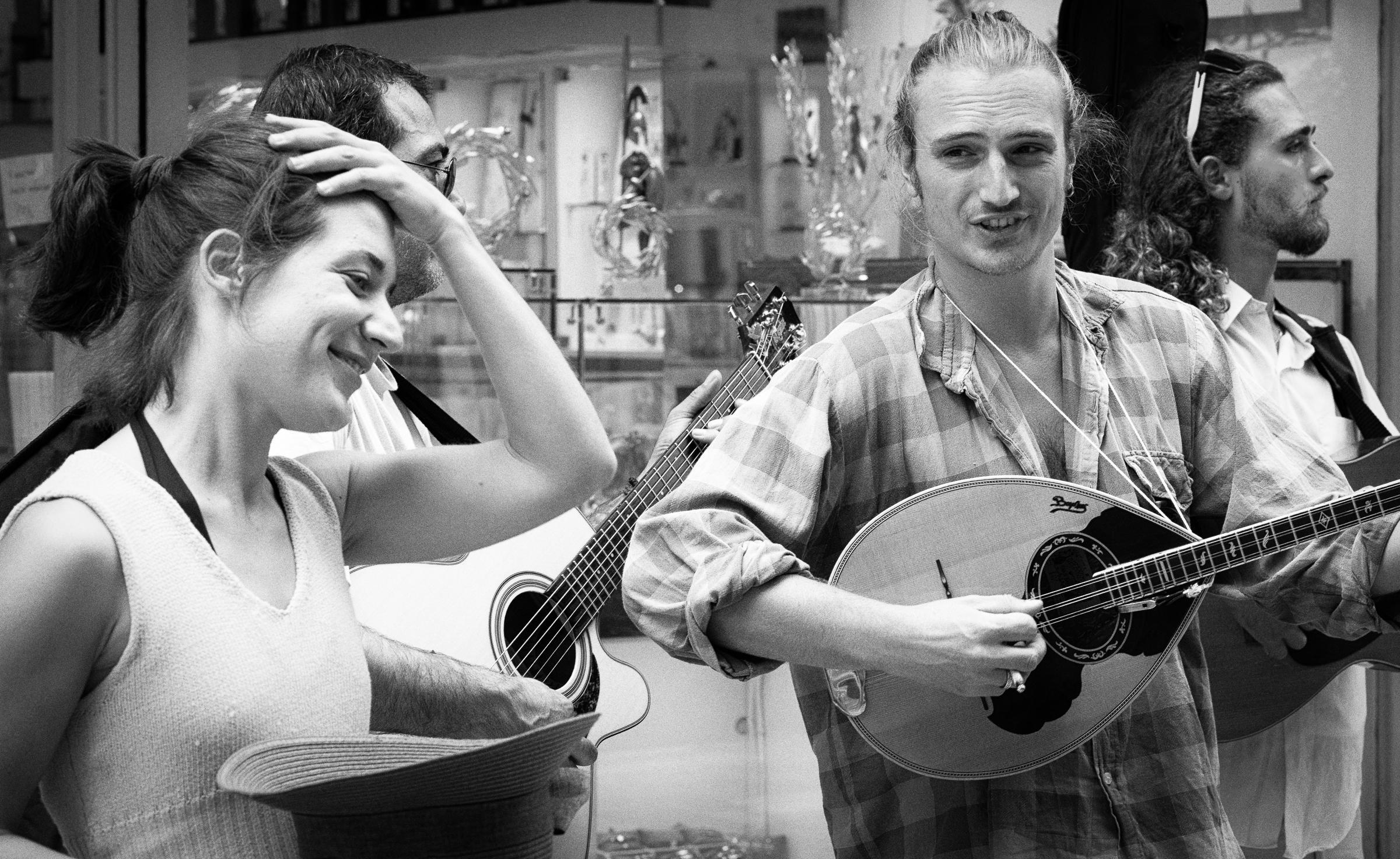 Ηώ and her friends playing in the streets of Athens