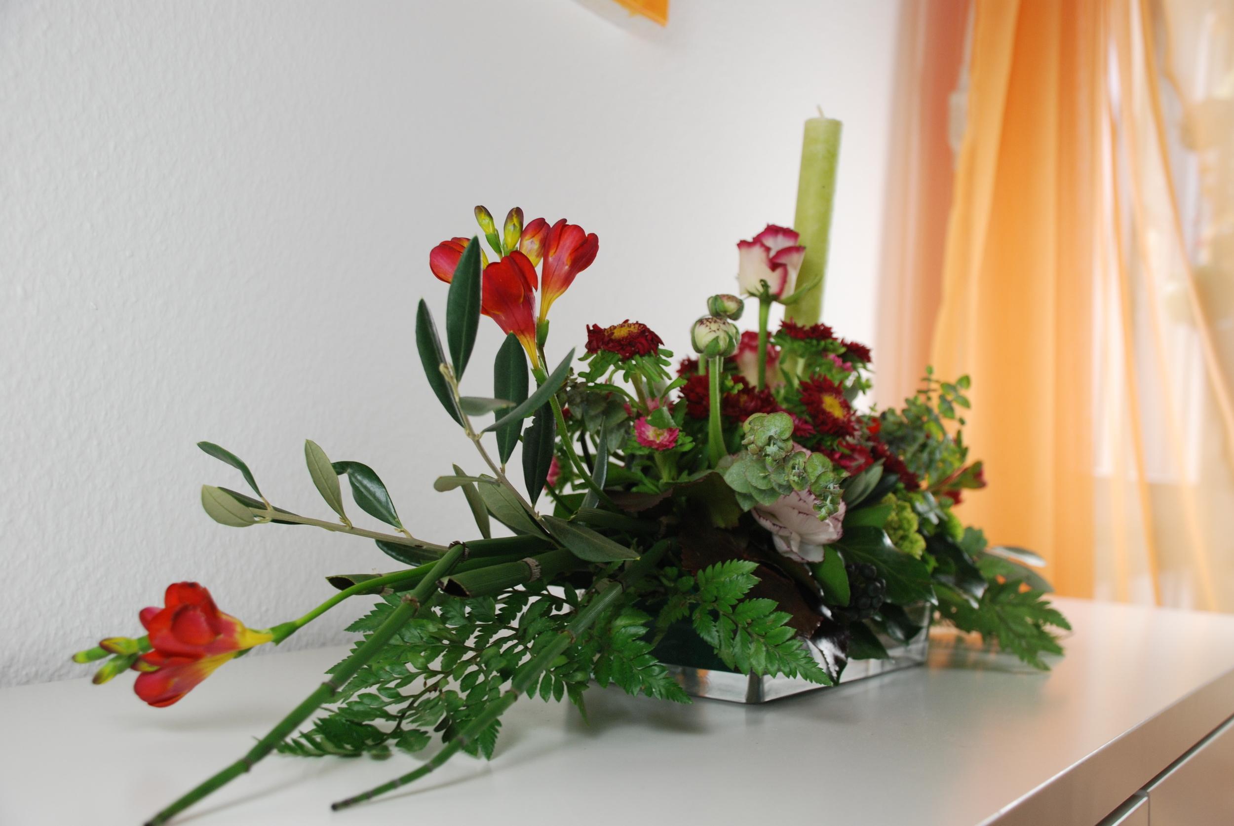 Blumenarrangement auf dem Sideboard