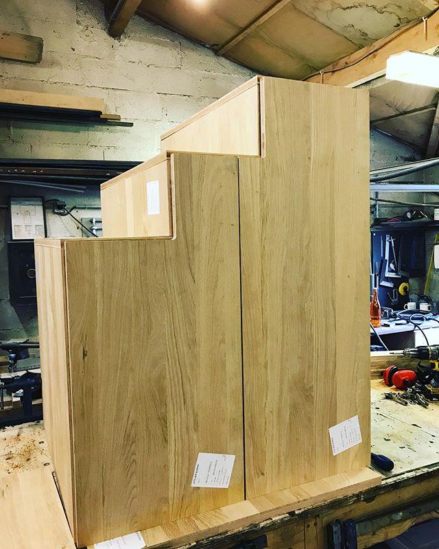 Meuble escalier avec tiroirs / Atelier Byron - #wood #woodwork #woodworking #woodworks #woodcraft #woodcarving #industrialfurnituredesign #furniture #carpentry #furnituredesign #interiordesign #designinterior #homedesign #design #bois #artisan #artisanat #decoration #madeinfrance #menuiserie #surmesure #oak