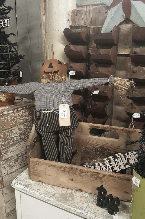 Fall-decorating-with-rusty-crusty-antiques