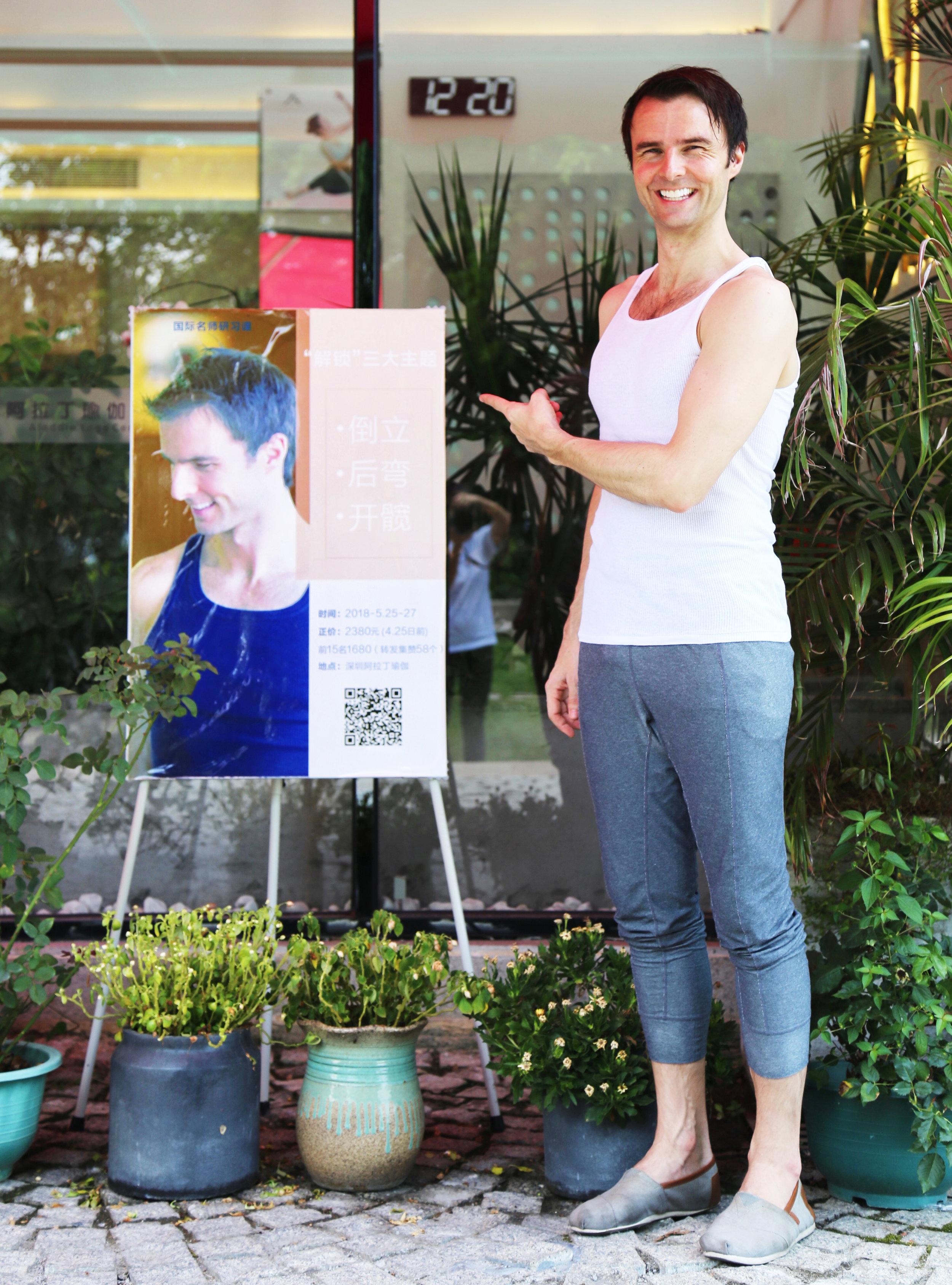 Garth - Aladdin Studio Sign - Pointing - Shenzhen.jpg