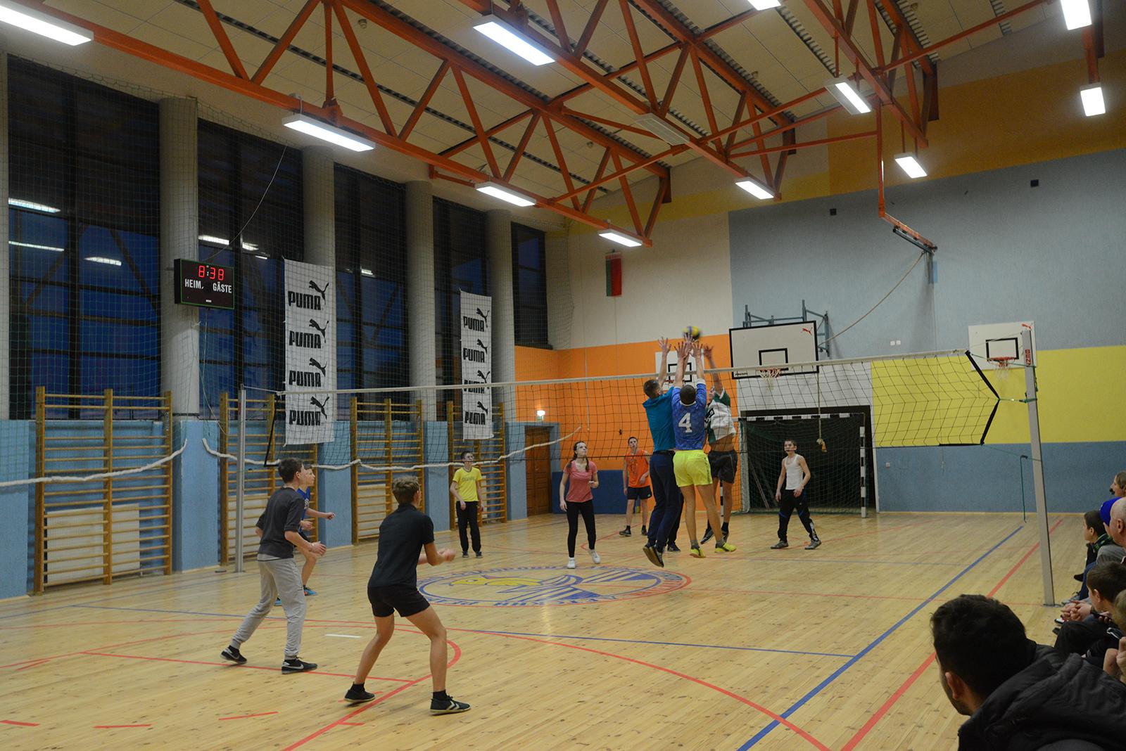 体育館は立派なバレーボールコートがある。この施設はPUMAもスポンサーについている。バレーボール、サッカー、テニスはベラルーシで人気のスポーツ。