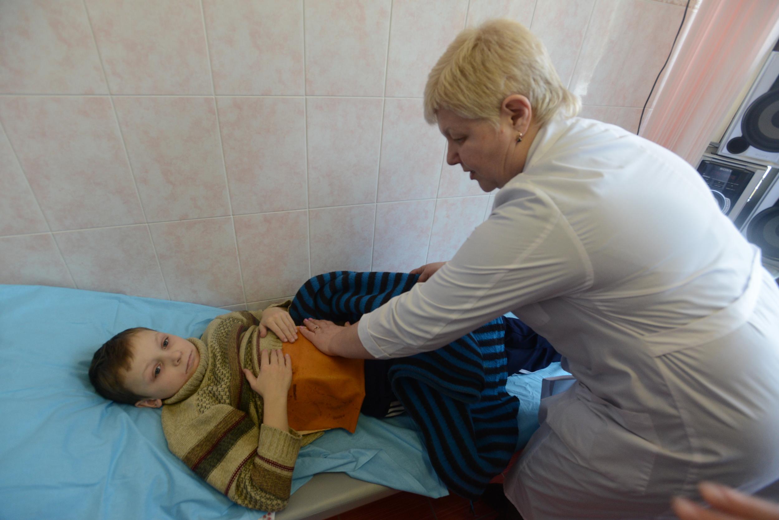 免疫力の弱ったこどもを診察するイレーナ先生。