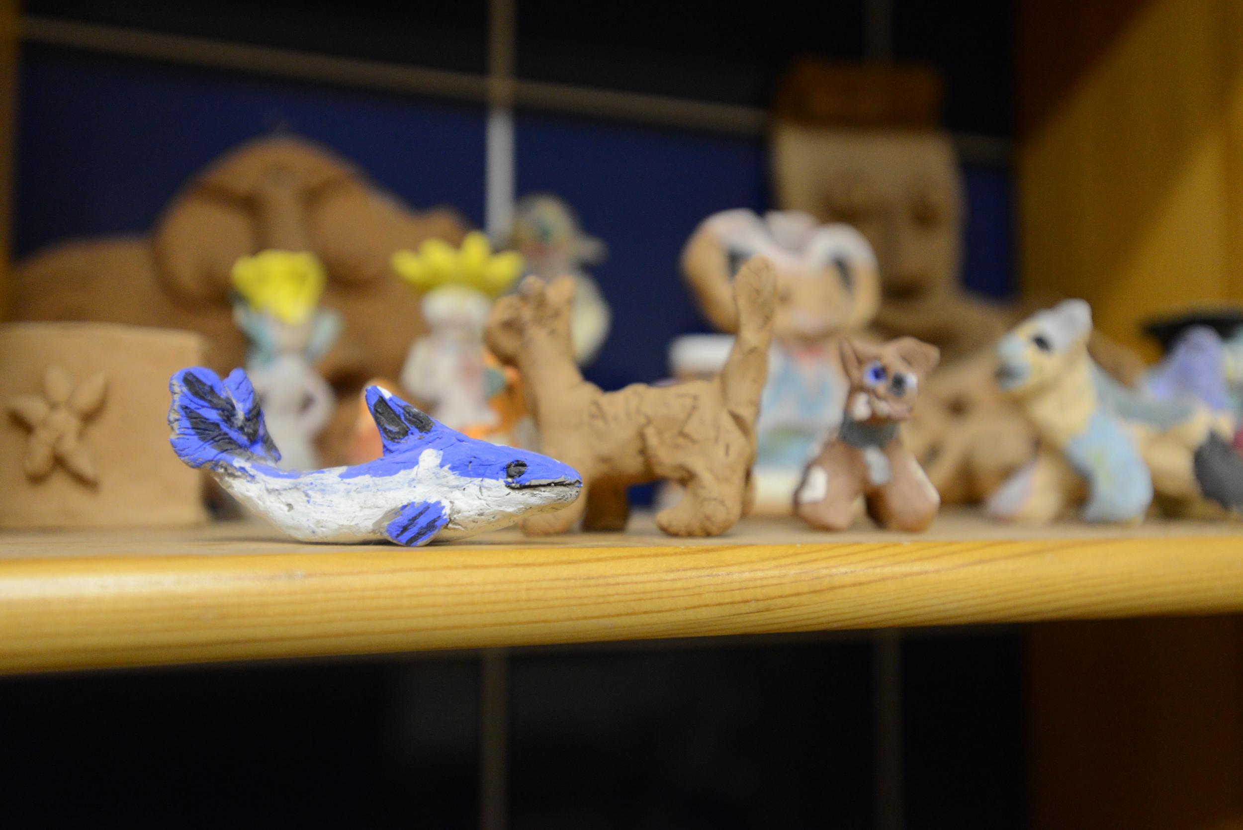 陶芸のクラスには、古い生徒が作ったイルカの置物があった。