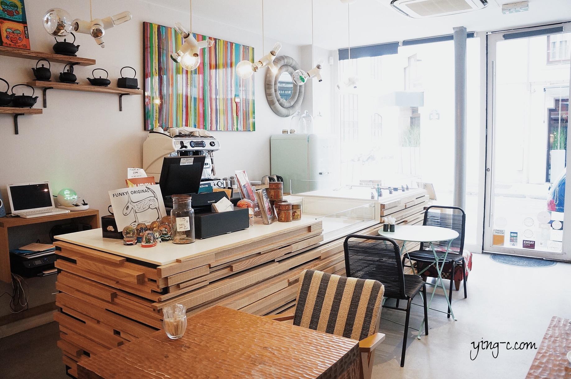 桌子與檯面都以原色木頭為主,搭配色彩搶眼的椅墊與牆面掛飾,Colorova的空間設計相當有巧思。