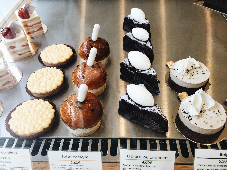 cute pastries lining up in the vitrine. Mori Yoshida 造型可愛俏皮的甜點們,最左邊是檸檬塔、左二是熱帶水果口味的蘭姆巴巴。