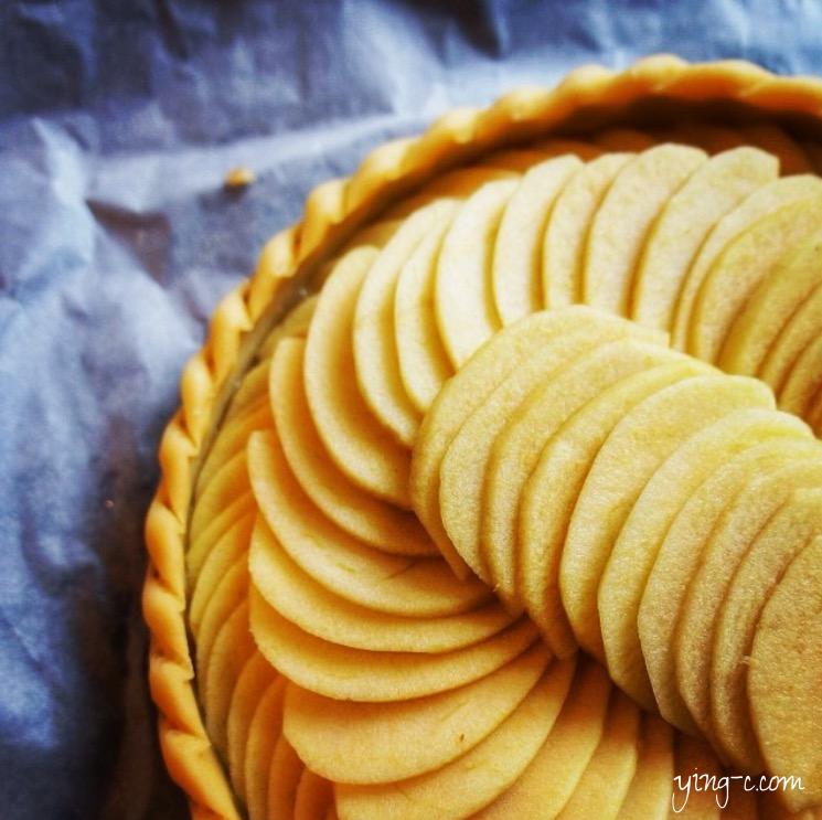 我自己在家做的經典法式蘋果派(tarte aux pommes)送入烤箱前的模樣。 一般在法國常見的是這種外型。(攝影:Ying Chen)