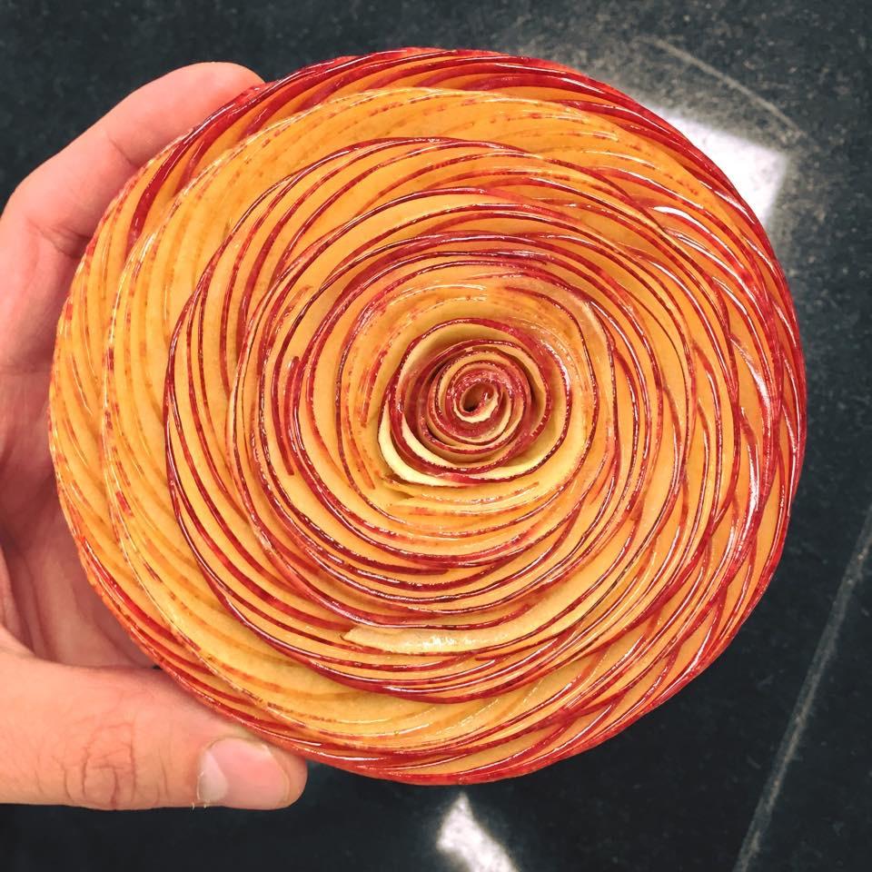Cédric Grolet 在達利廳下午茶推出的蘋果派,塔頂是人工精選完好無缺的薄蘋果片、再一片一片調整位置擺上去的。這種精益求精、力求完美的態度就是法式甜點的精神。(圖片來源:Cédric Grolet 的 Facebook專頁 )