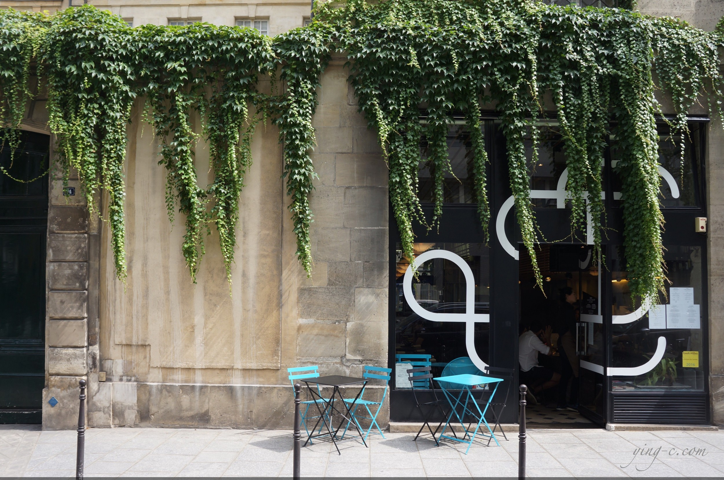 Situated in the Marais, Dessance has a very chic façade.