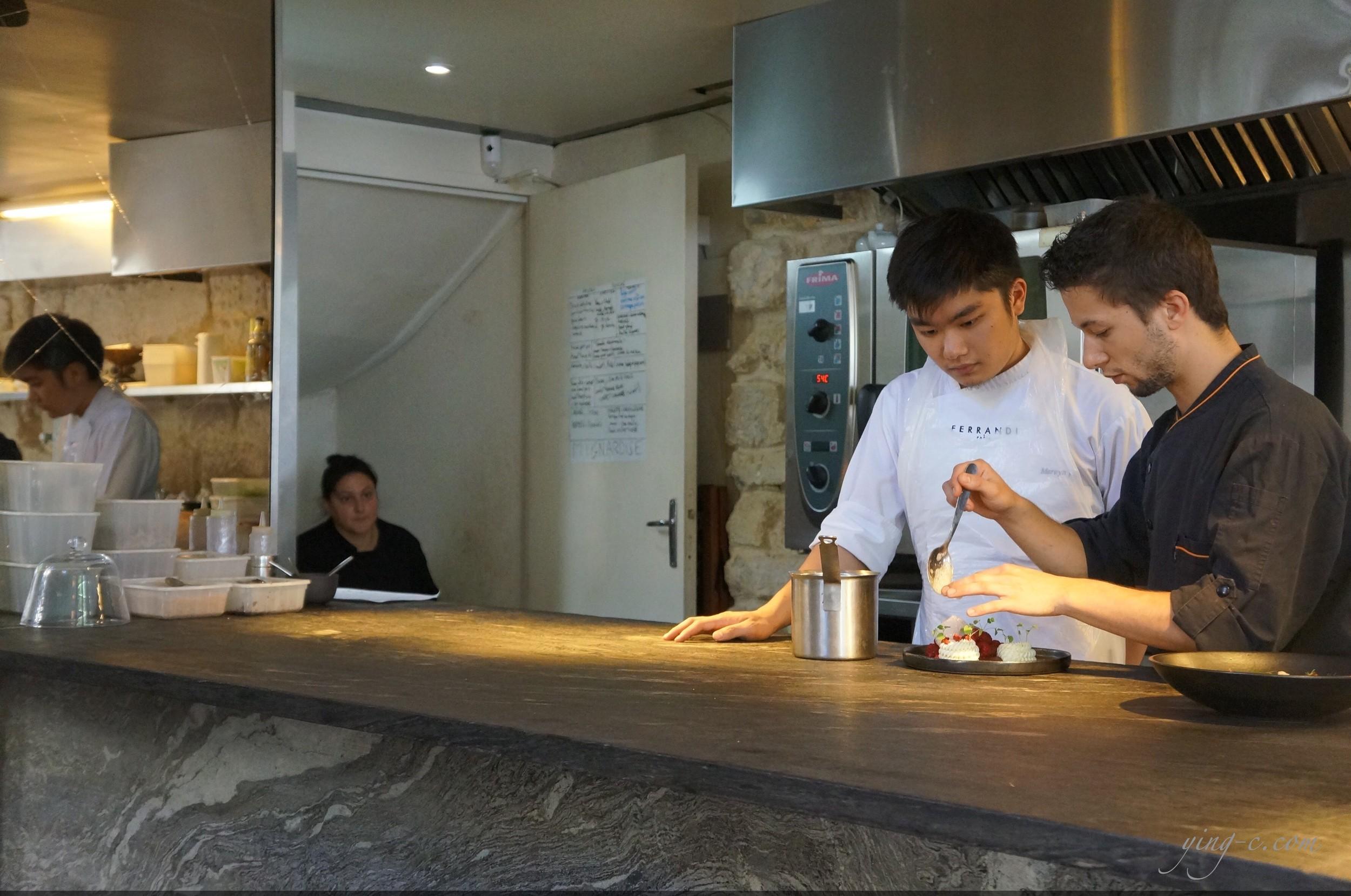 Dessance有一個非常寬敞而且燈光明亮的櫃檯,客人可以坐在旁邊直接近距離地觀賞甜點創作。