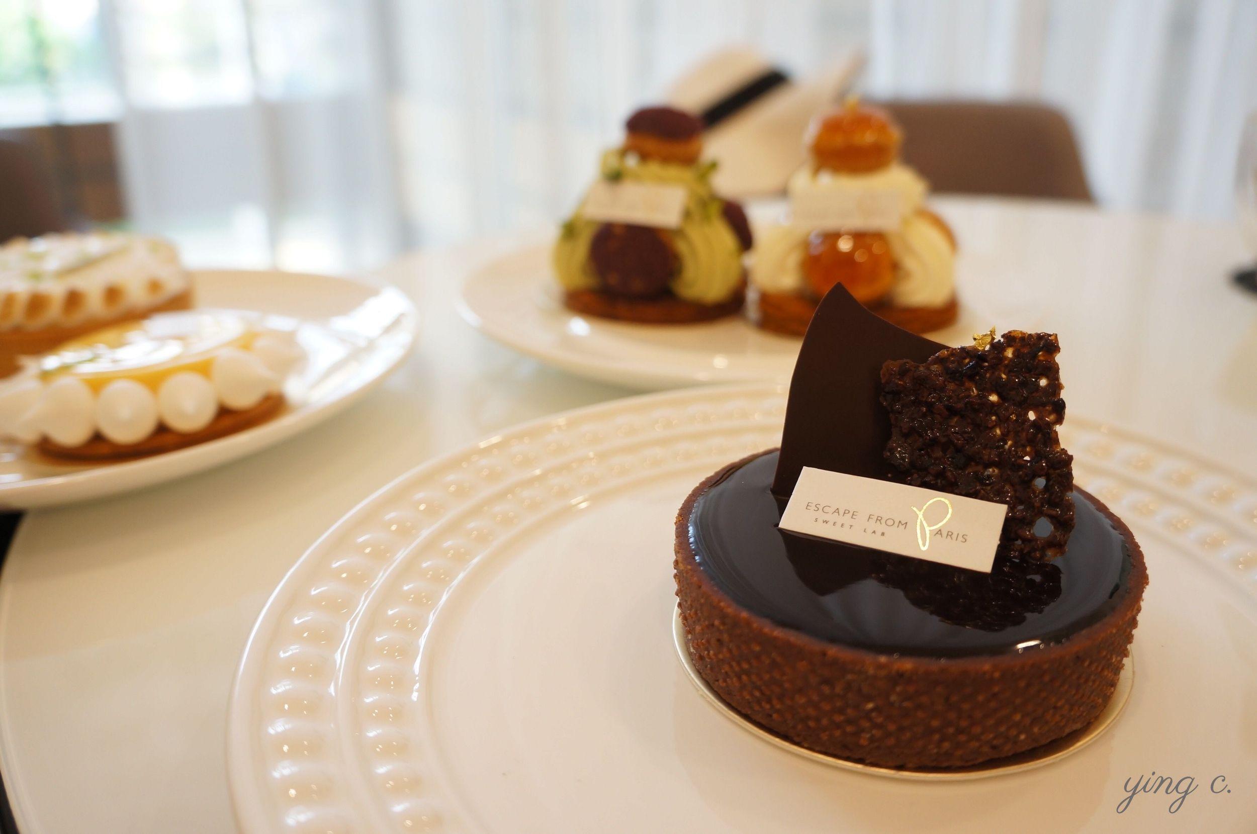 圖9. 台北市  Escape from Paris 芙芙法式甜點 的巧克力塔。他們用的就是本身有孔洞的塔模,所以外表有突出的顆粒。這裡的塔皮厚度、高度整圈完全一致、底部也非常平整,接近完美,放在巴黎的等級來比也是數一數二。由於是巧克力塔皮,質地較乾易裂,入模時的難度會比一般甜塔皮還要高出許多。(攝影:Ying Chen)