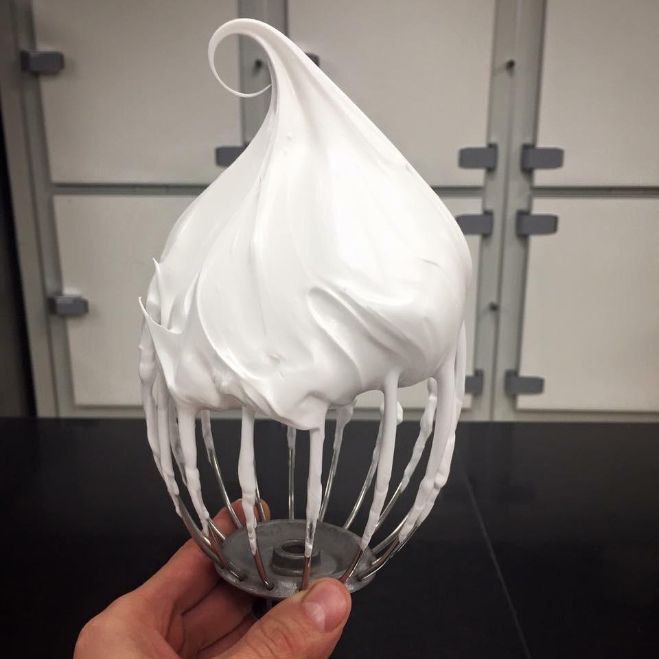 圖4. 打發狀態剛剛好的義大利蛋白霜(圖片來源:巴黎  Le Meurice  飯店甜點主廚  Cédric Grolet  的  Facebook 頁面 )