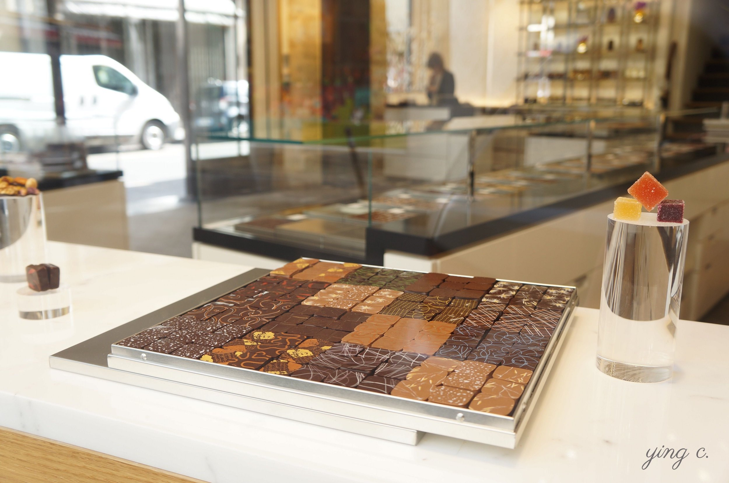 Jacques Génin's famous chocolates each filled with carefully crafted ganaches.  Jacques Génin出名的夾心巧克力,有各式各樣新奇細緻的口味。