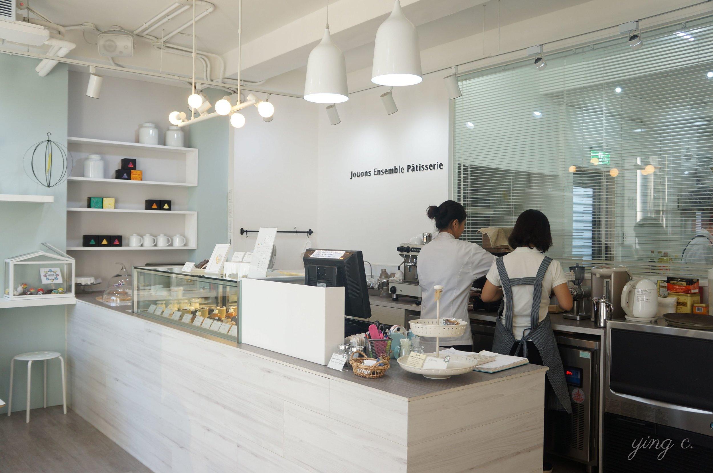 店面設計以白色為主調,大片的落地窗讓整個空間更為明亮。