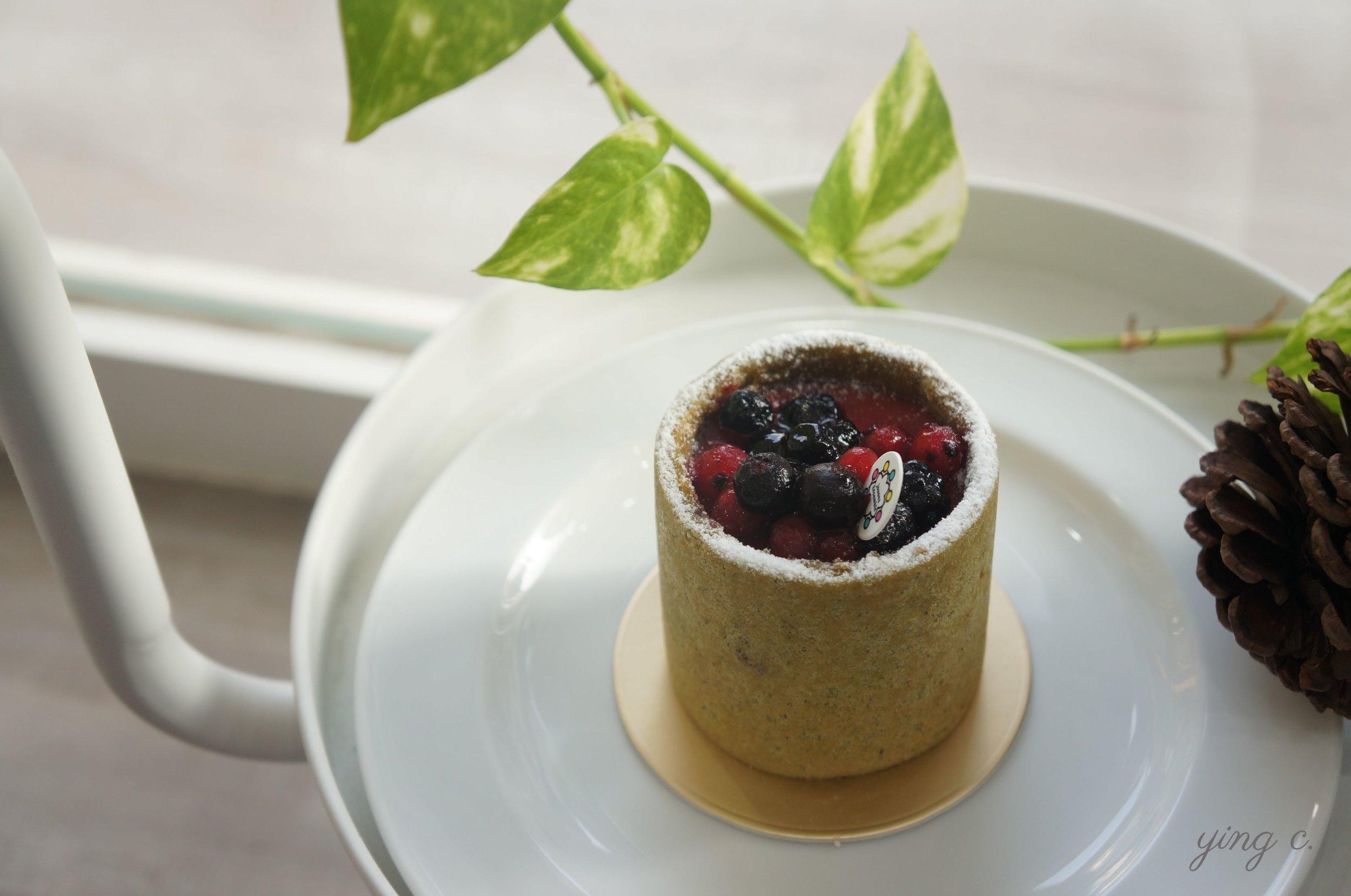 濕潤柔軟的Joconde法式杏仁海綿蛋糕包裹著紅心芭樂奶餡以及櫻桃覆盆子白蘭地白乳酪慕斯,「在地欸」的清新口感讓人驚艷。