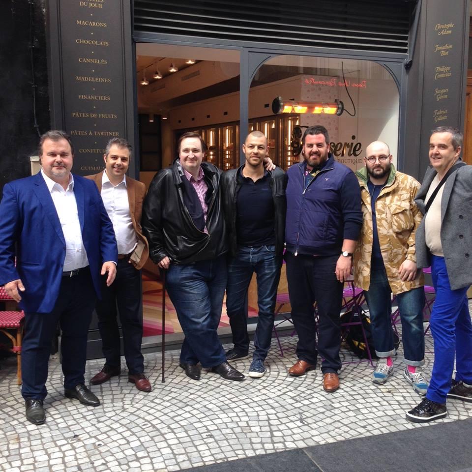 圖6:《Fou de pâtisserie》今年四月在巴黎新開的同名甜點店,精選各名甜點師的作品。開幕當天到場慶賀、一起合影的就有Pierre Hermé、Hugues Pouget(註21)、 Philippe Conticini 、 Benoît Couvrand (註22)、 Jonathan Blot (註23)、Olivier Haustraete(註24)、 Fabrice Gillotte (註25)。(圖片來源:《 Fou de pâtisserie 》的 Facebook粉絲頁 )