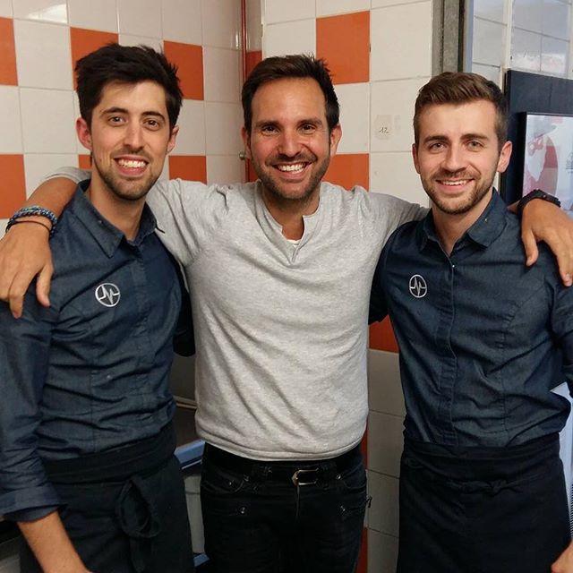 圖7. Michalak 與他店裡的兩位主廚合影,其中左手邊的 Tristan Rousselot 是《Qui sera le prochain grand pâtissier?》節目第三季的亞軍。(圖片來源:Christophe Michalak的 Instagram頁面 )