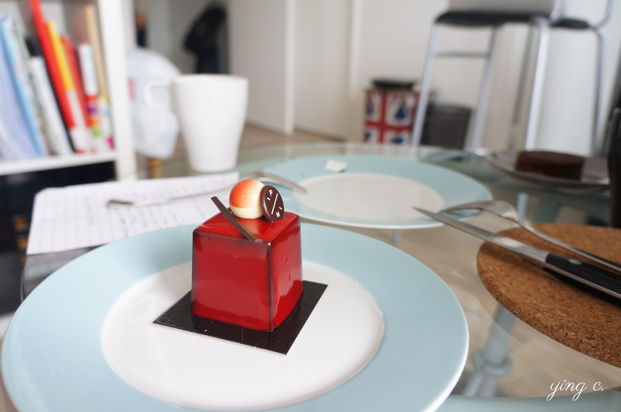Pierre Marcolini的「Désir」系列酸櫻桃(griotte)口味,外形精緻、細節無懈可擊,如同一個精美的禮盒。