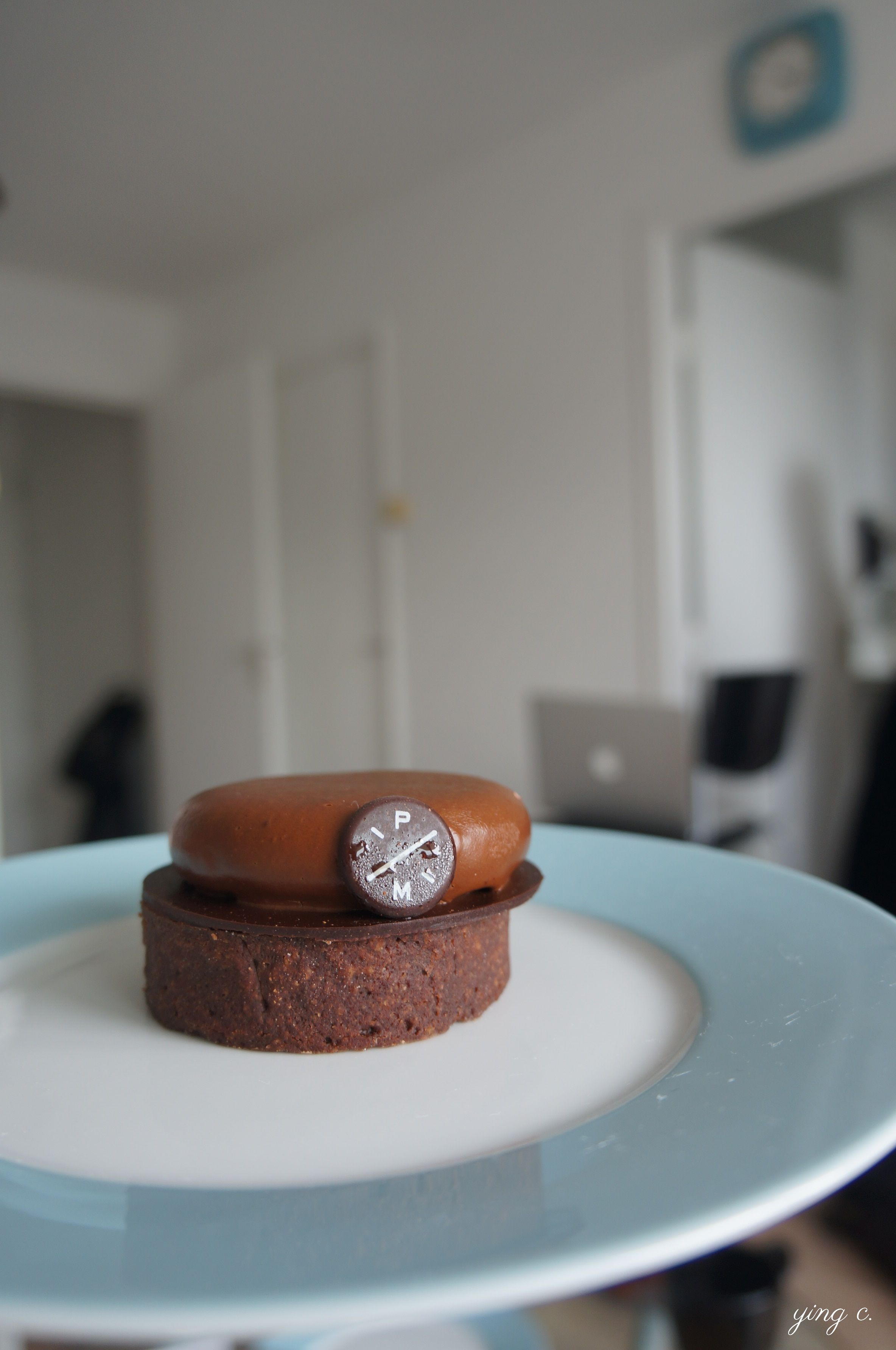 Pierre Marocolini的巧克力塔,口感異常絲滑綿密,令人印象相當深刻。由於運送過程中搖晃,上層的慕斯蛋糕有些移位。