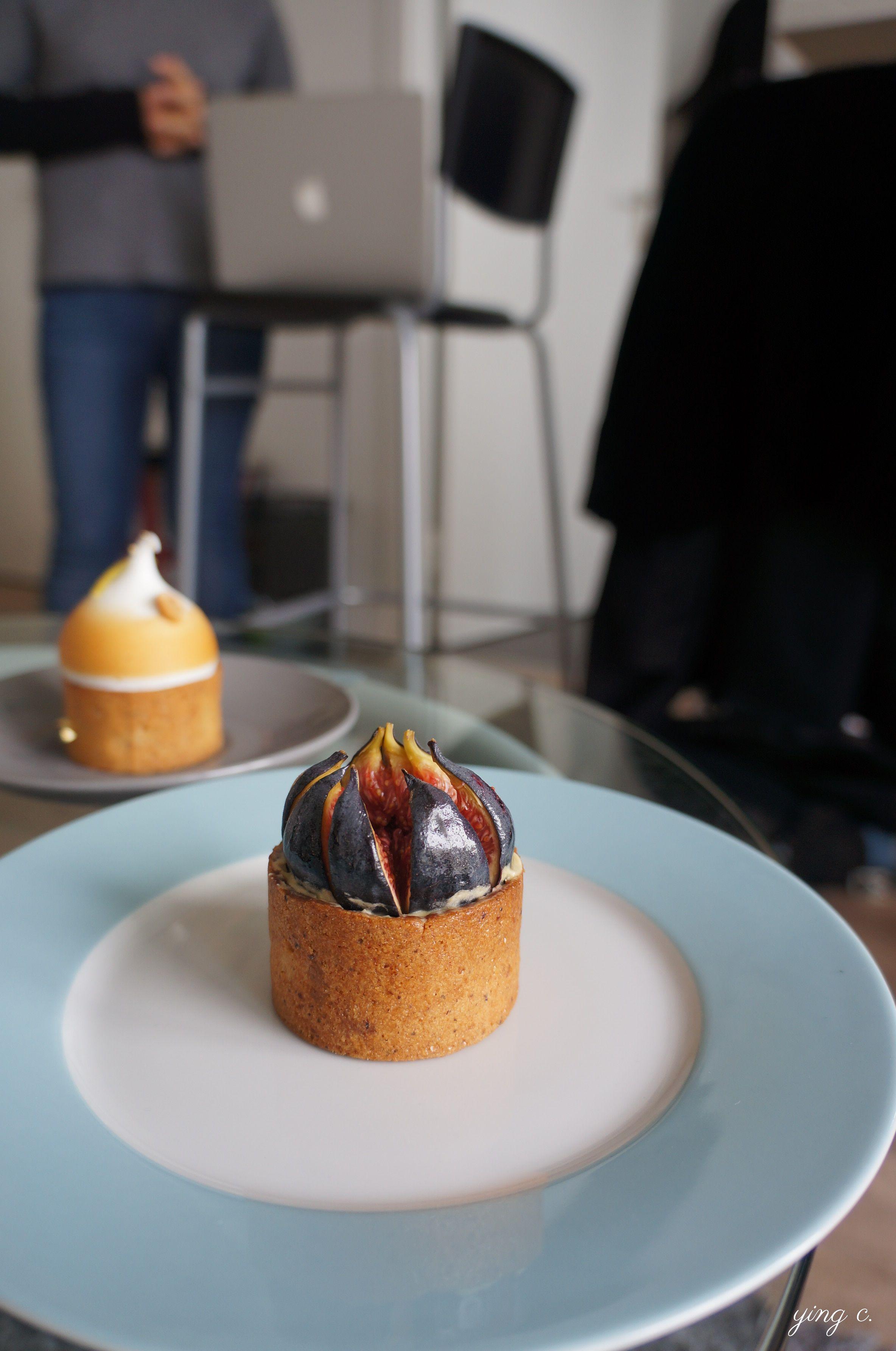 Karamel的無花果塔。焦糖這個元素是以打成碎粉後加入塔皮麵團中的形式出現。塔頂的無花果排列方式與一般無花果塔相反,是以整粒無花果切片後,果實向內排列形成花朵狀(可與 上篇 的Gâteaux d'émotions無花果塔做比較)。另外特別的是,這個無花果塔與MOF果醬專家Stephan Perrot合作,使用了他的無花果紫羅蘭果醬。