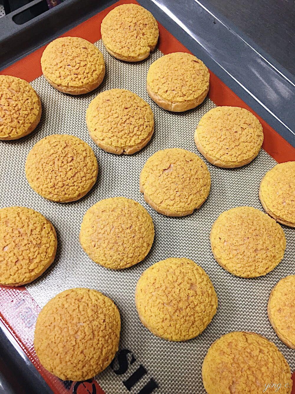 Bonheur Bonne Heure Pâtisserie by Claire L.  製作中的法式泡芙,在頂端加上奶酥,還未填餡與裝飾,才剛剛完成甜點製作的第一步。(攝影:Ying C.)