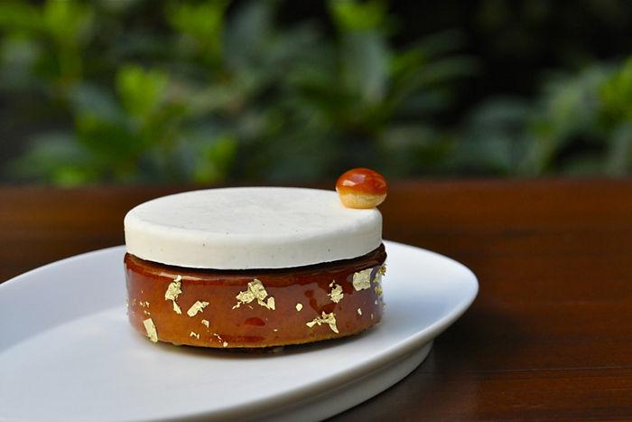 巴黎東方文華酒店( Mandarin Oriental Paris )的前甜點主廚 David Landriot 創作的聖多諾黑。底座像是塔皮的部分,是經由塔圈塑型的泡芙,中間填了餡、外層也沾上焦糖。香緹鮮奶油則轉化為上層的香草慕斯,最後再點綴一個填餡小泡芙。雖然外型完全不同,但聖多諾黑的經典元素一個也沒有少。(照片來源: Mandarin Oriental Paris 官方網頁 )
