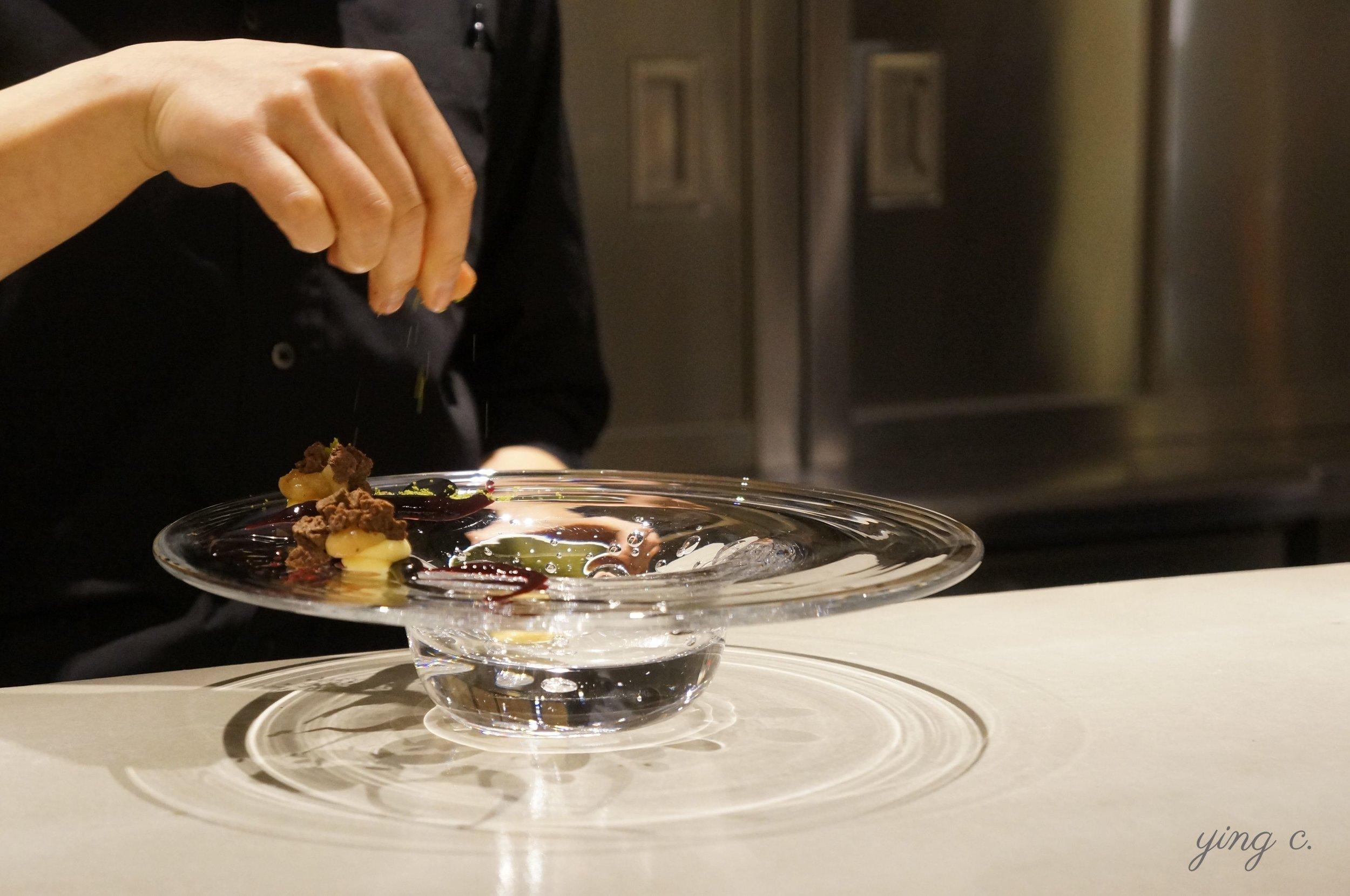 圖2. 東京  ESqUISSE CINq  甜點店內,甜點師將盤子作為畫布,為客人準備甜點。(攝影:Ying C.)